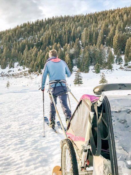 bébé a la montagne aventure outdoor carriole ski neige